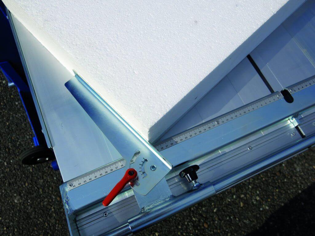 Die Zagro Bandsäge UVB 500 verfügt über einen schwenkbaren Gehrungswinkel-Anschlag direkt am Tisch